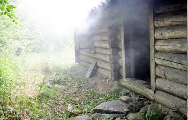дым выходит из бани