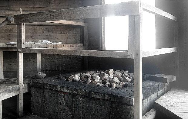 Печь и полки в финской дымной сауне