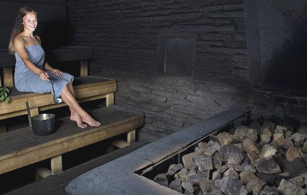 Женщина в финской дымной сауне