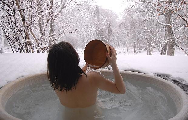 женщина закаливается после бани