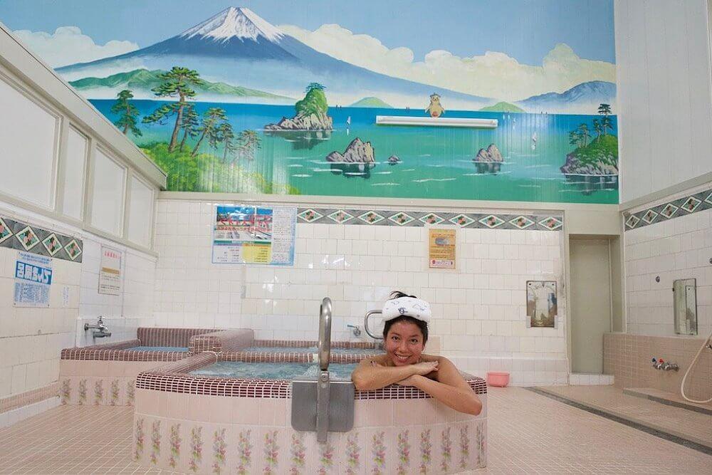 Девушка в ванной в сэнто