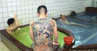Мужчины моются в сэнто